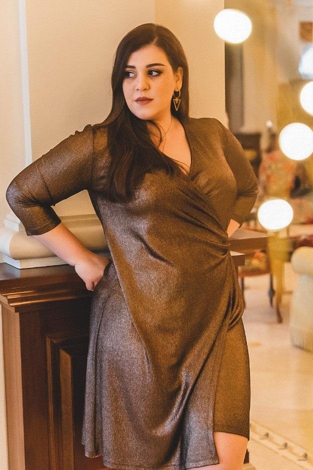 Plus size κρουαζέ foil με μεταλλική όψη midi φόρεμα