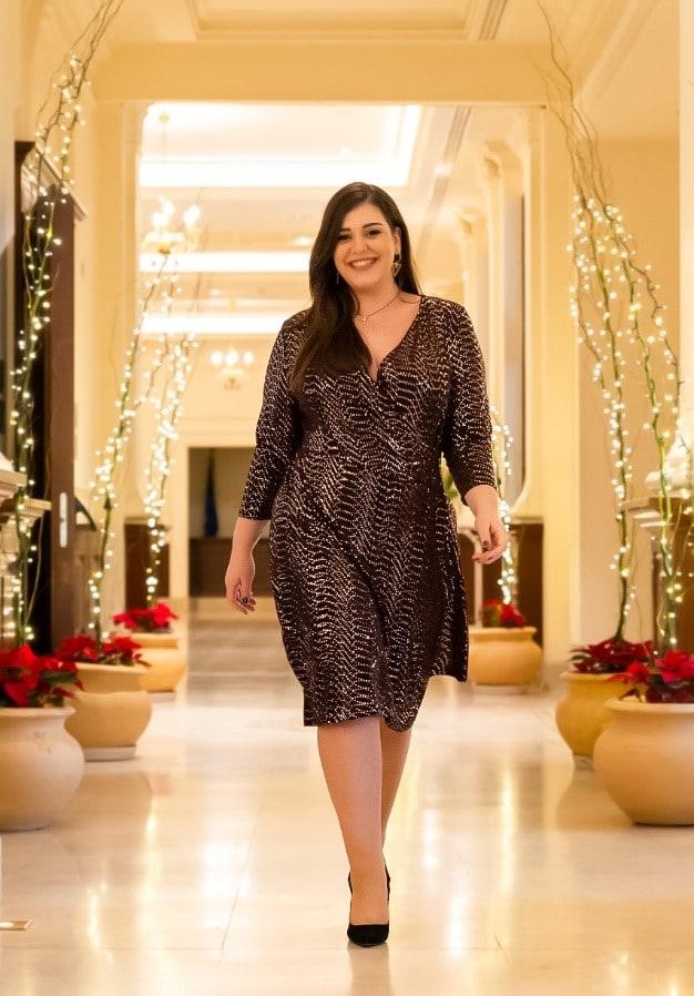 Plus size midi lurex φόρεμα κρουαζέ με strass