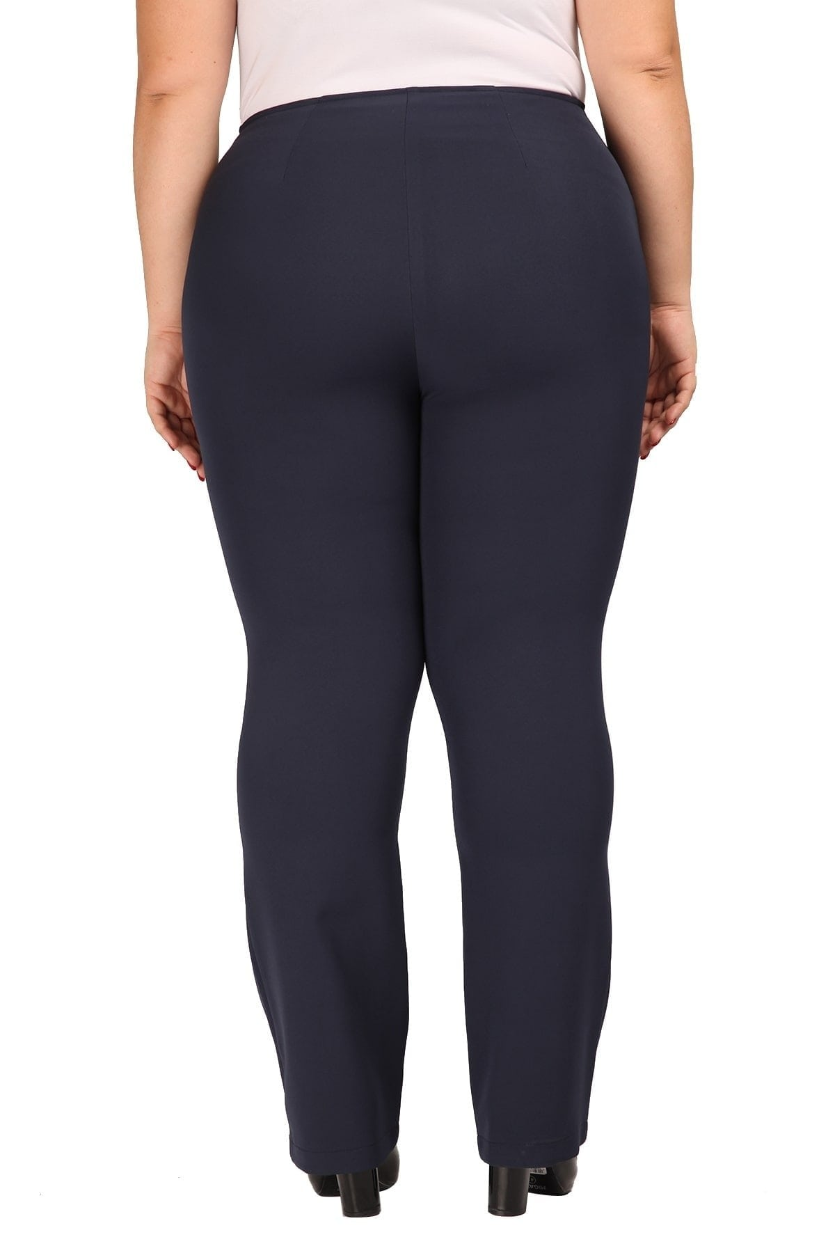 Elastic trousers in straight-cut line