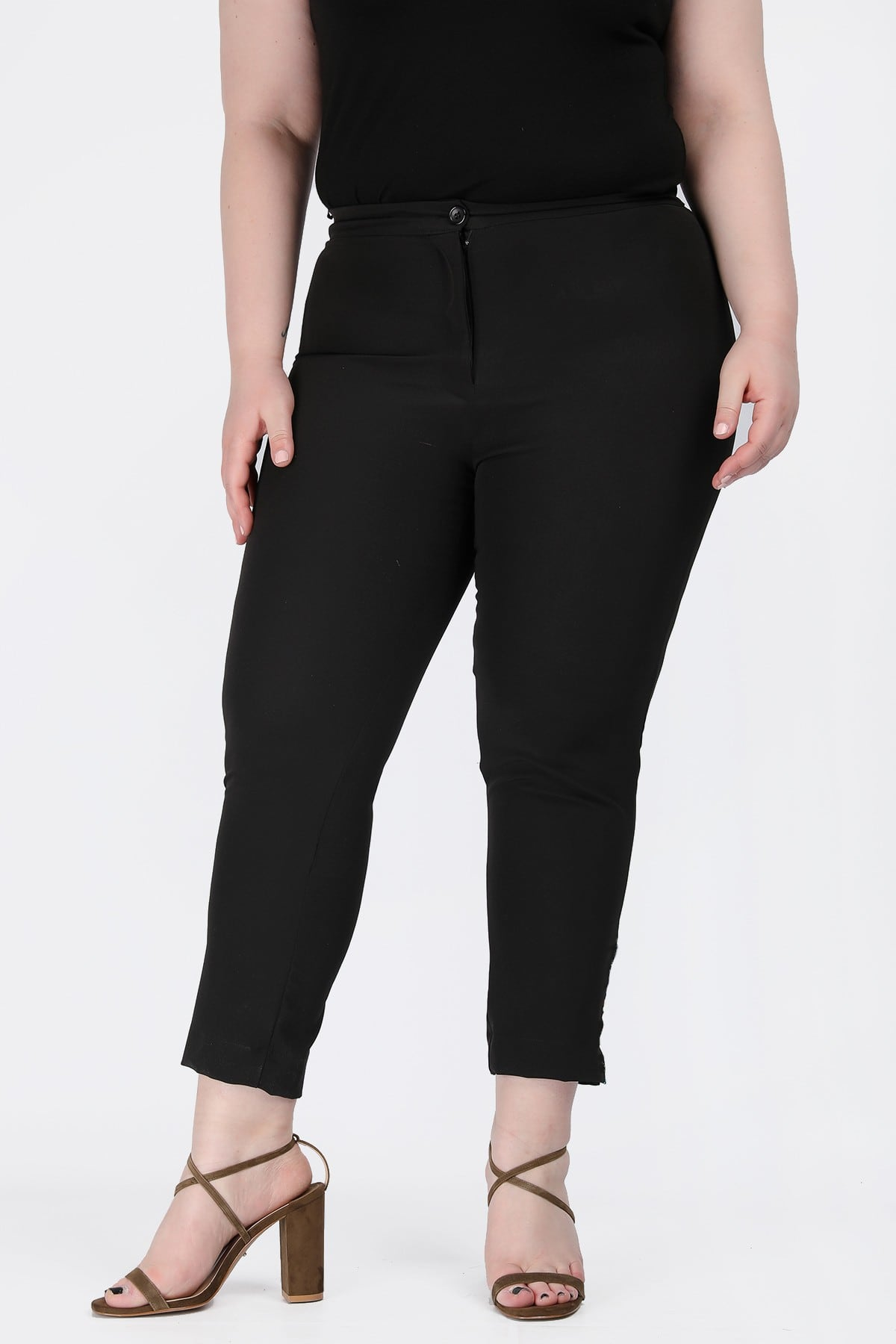 Cropped trousers with cuts on the side
