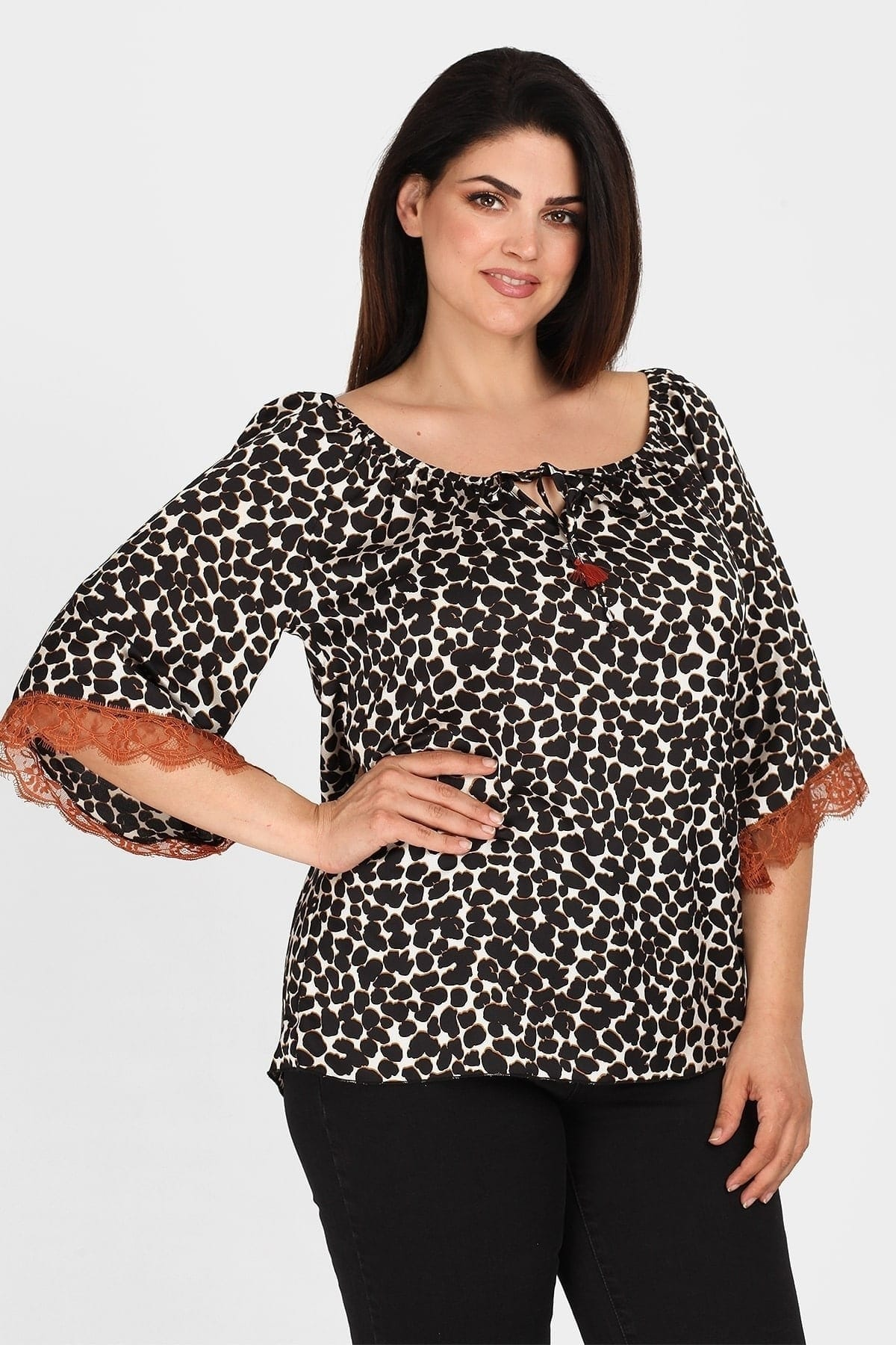 Leopard top with lace on the sleeve