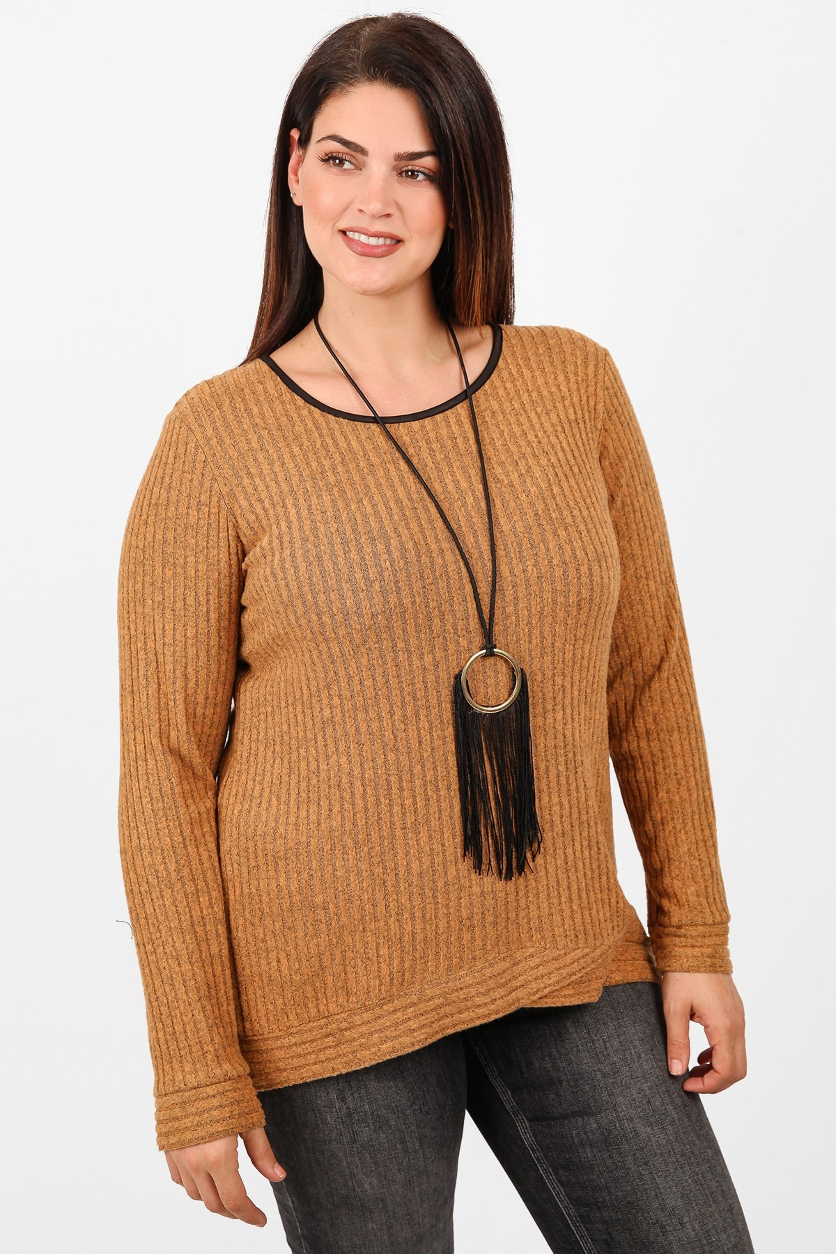 Knit blouse with hi-lo hem and pendand