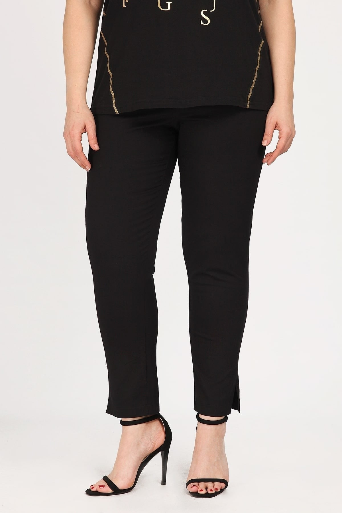 Cotton trousers with tortoiseshell buttons