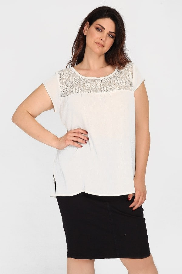 Shortsleeved blouse with lace