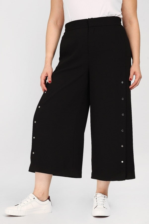 Capri trousers adorned with buttons