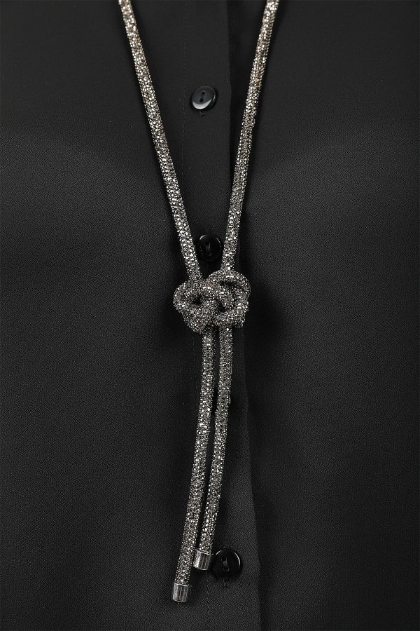 Long pendant with tie and strass