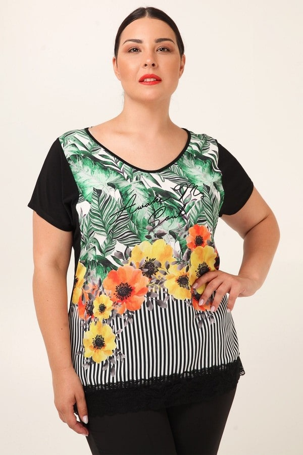 Shortsleeved top with floral print and laced hem