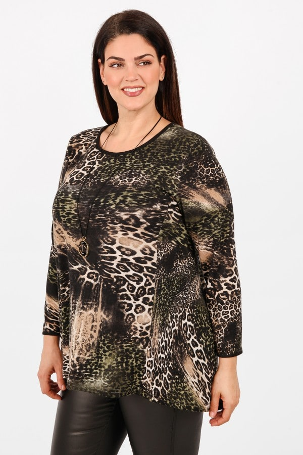 Leopard print knit blouse with pendant