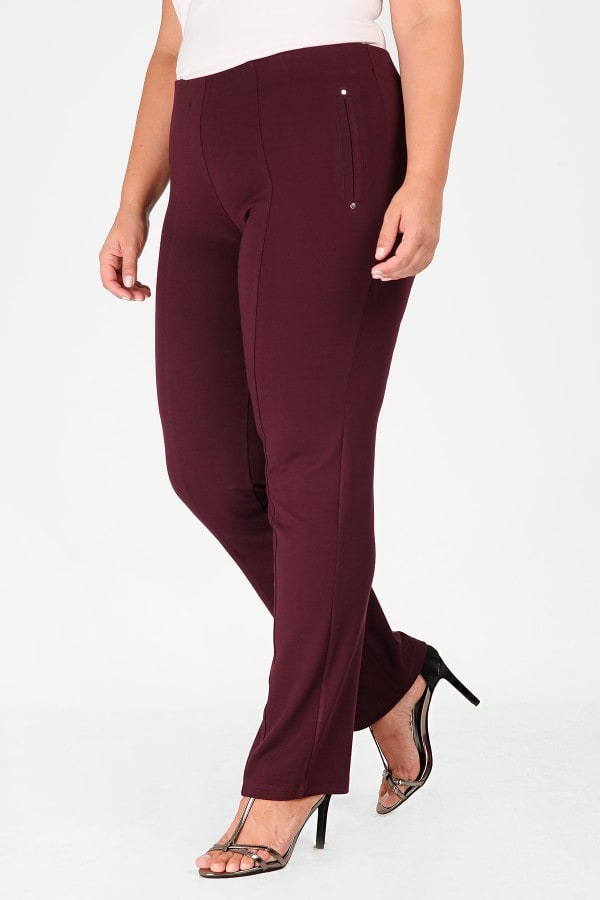 Elastic trousers adorned with buttons