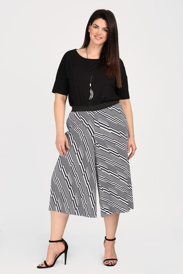 Cropped trousers in geometrical print